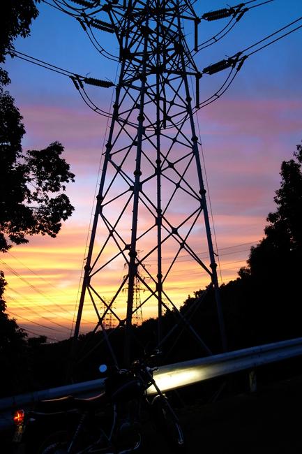 ST250と鉄塔と夕焼け