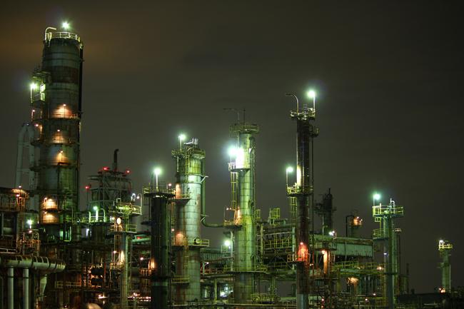 大正橋前の川沿いから望む工場夜景