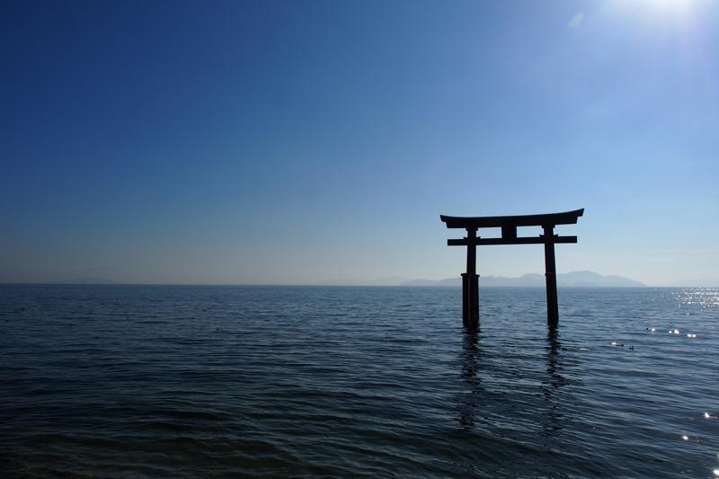 湖上に浮かぶ鳥居が美しい! 滋賀県 白鬚神社の夜と昼