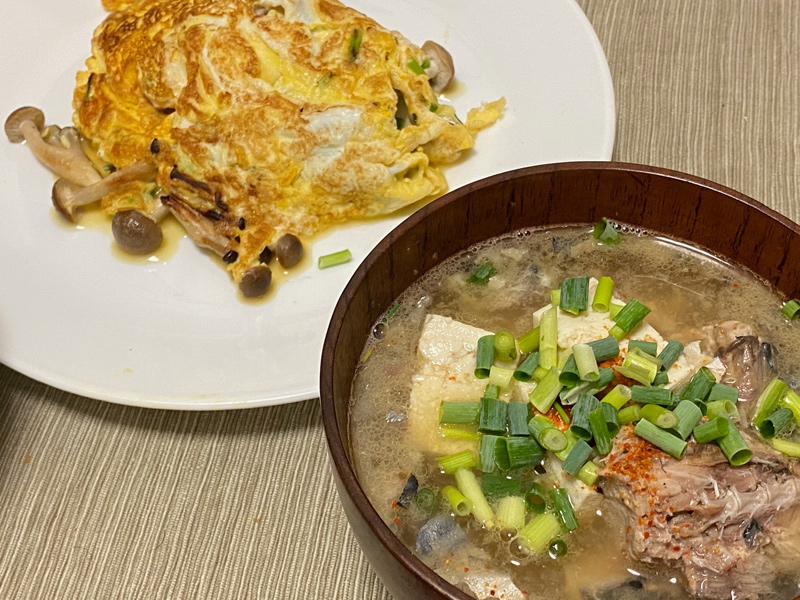 オムレツとサバの水煮缶で作るアラ汁を自炊