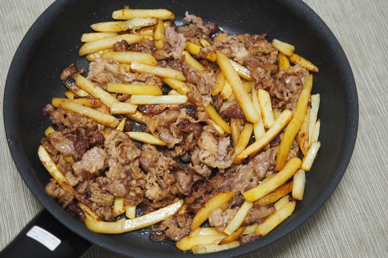 牛肉とフライドポテトの炒めものを自炊