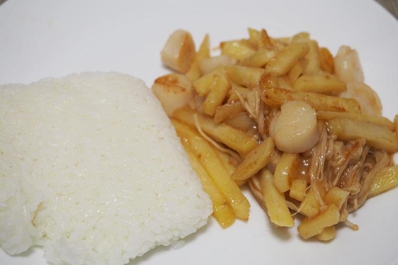 ホタテとエノキとフライドポテトの炒めものを自炊